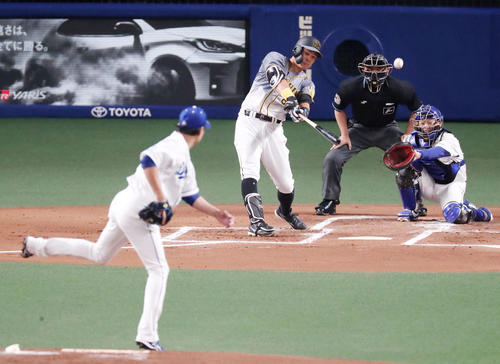 中日対阪神 2回表阪神1死、佐藤輝は左越え二塁打を放つ。投手は大野(撮影・加藤哉)