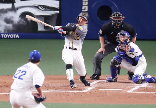 中日対阪神 2回表阪神1死一、二塁、糸原は右前適時打を放つ。投手は大野(撮影・加藤哉)