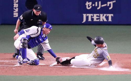中日対阪神 2回表阪神2死一、二塁、二塁走者糸原は近本の右前打で本塁突入も憤死。捕手は桂(撮影・加藤哉)