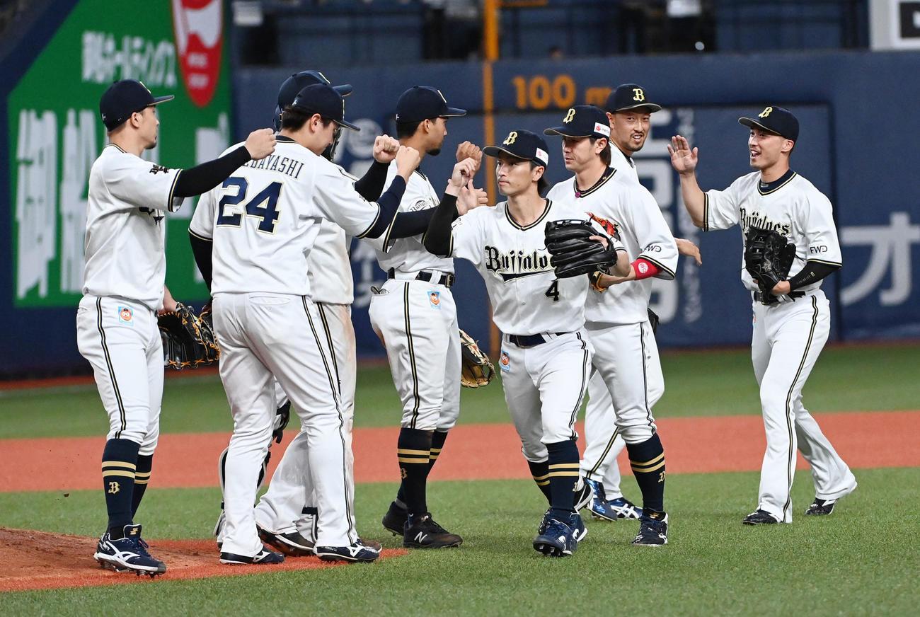 オリックス対日本ハム10回戦 日本ハムに勝利、喜ぶオリックスナイン(撮影・前岡正明)