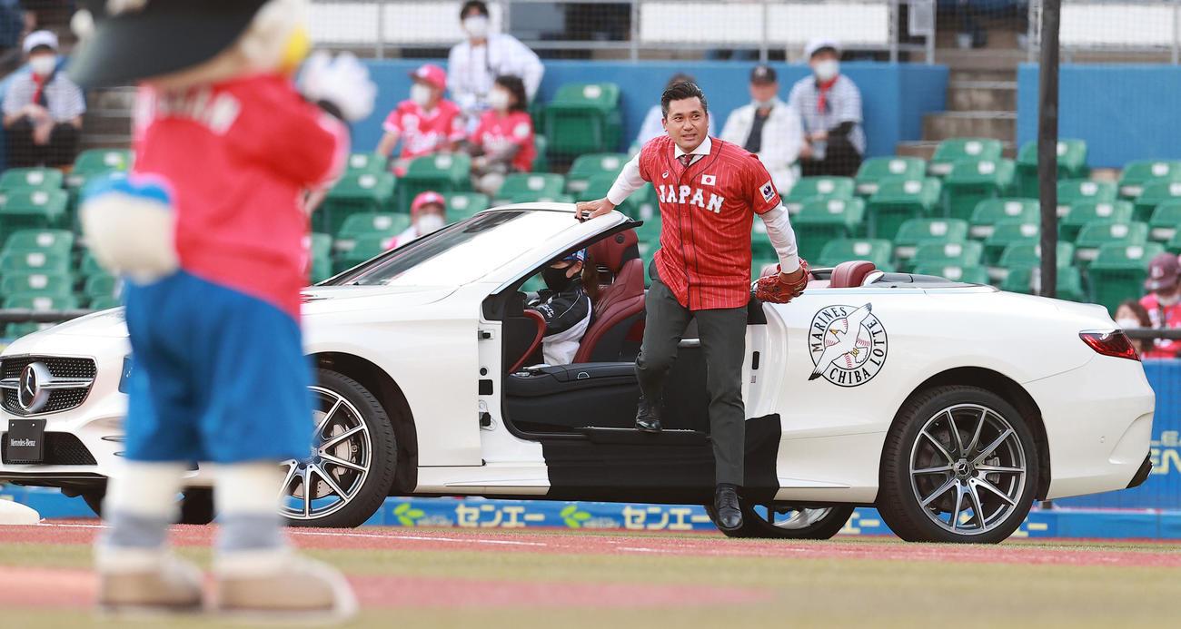 ロッテ対ソフトバンク リリーフカーに乗って始球式に登場した元ロッテの黒木氏(撮影・野上伸悟)