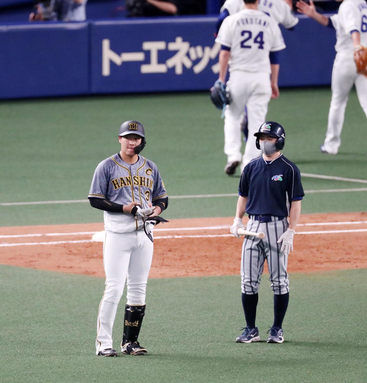 中日対阪神 3回表阪神2死二、三塁、大山は右飛に倒れ悔しそうな表情を見せる(撮影・加藤哉)