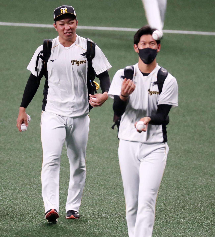 中日対阪神 練習へ向かう石井大は及川のジャグリングに注目すると…(撮影・加藤哉)