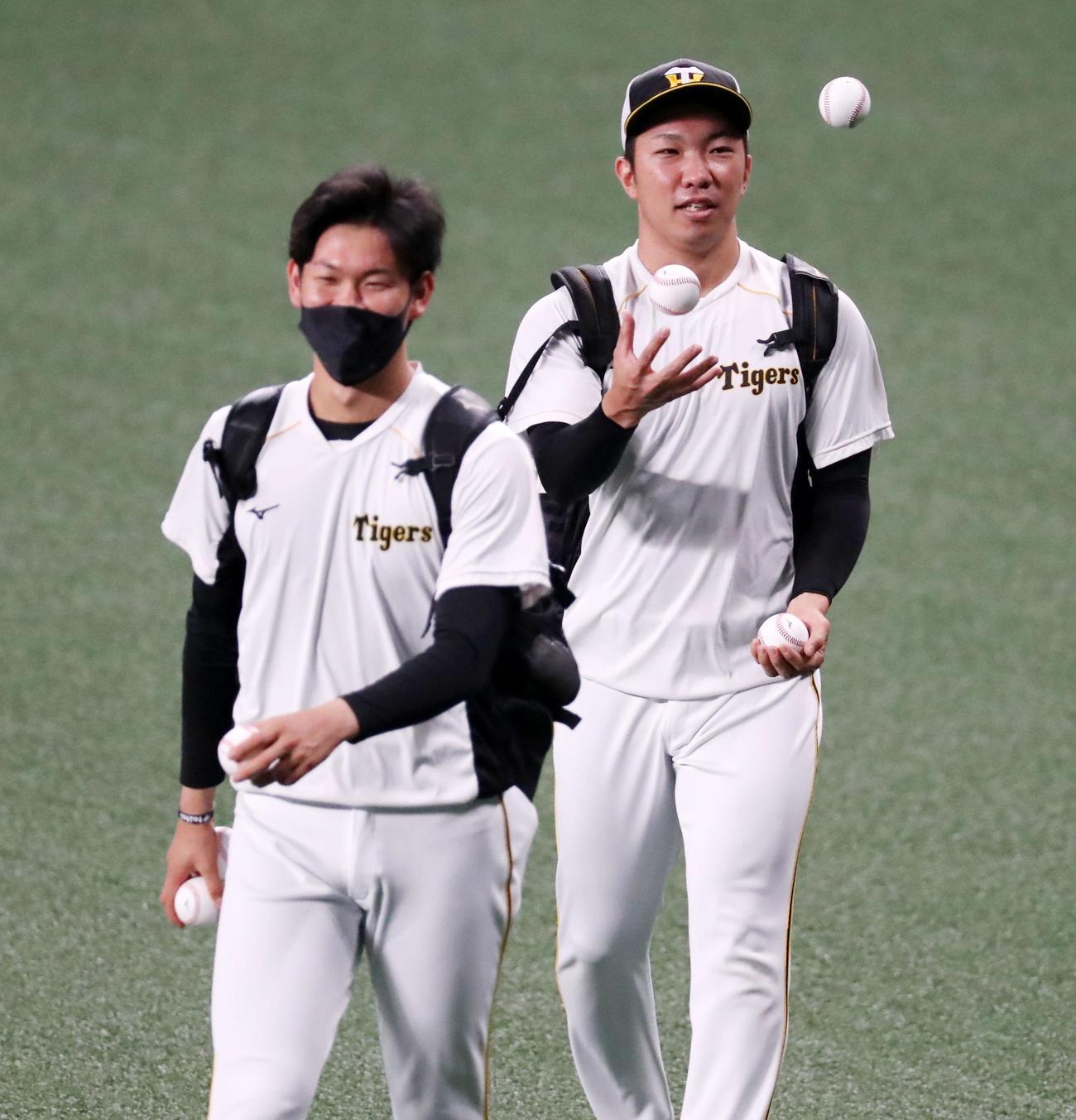 中日対阪神 おれも出来るよと、ボールを見事に操る石井大。左は及川(撮影・加藤哉)