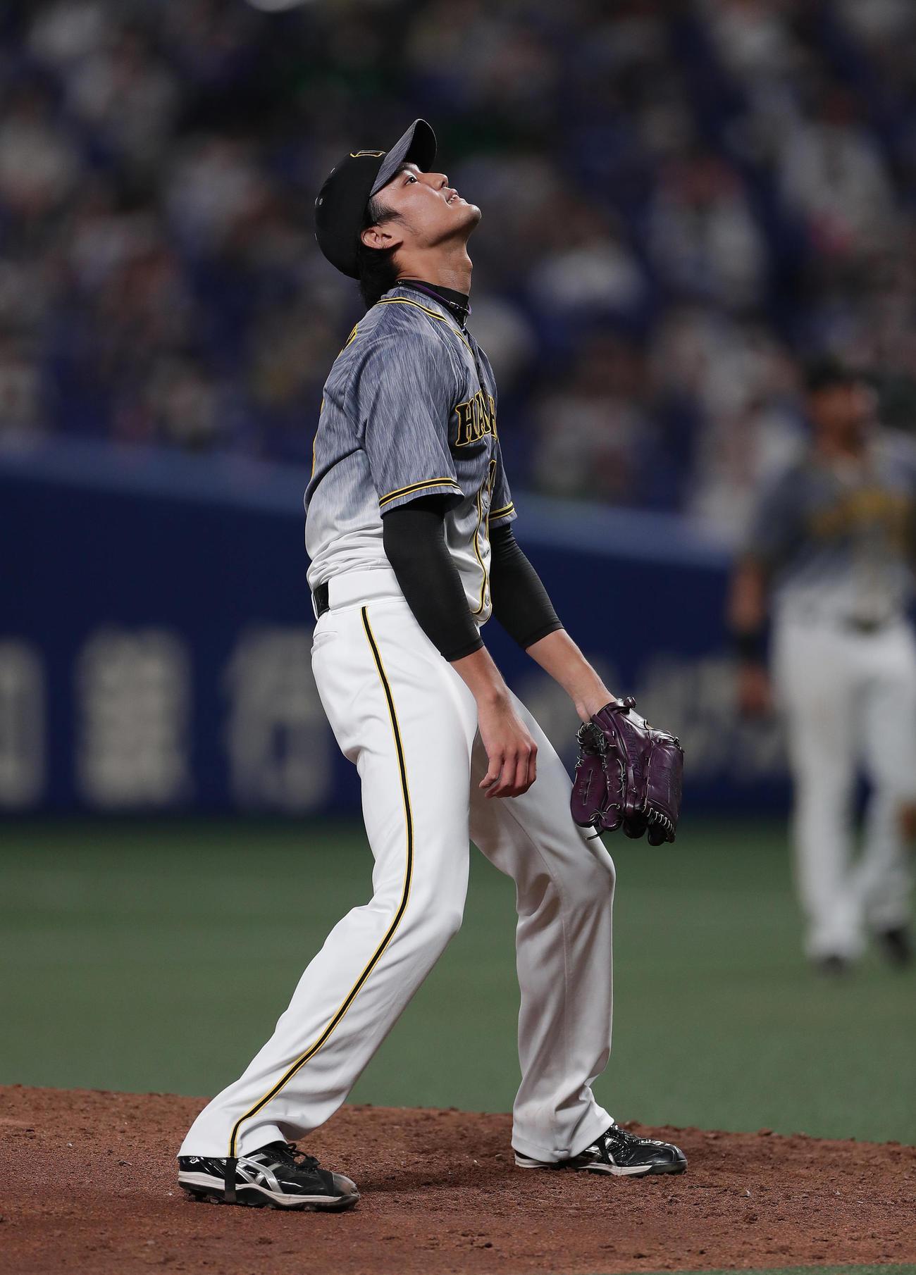 中日対阪神 7回裏中日2死満塁、ビシエドに押し出し四球を与え、天を仰ぐ藤浪(撮影・前田充)