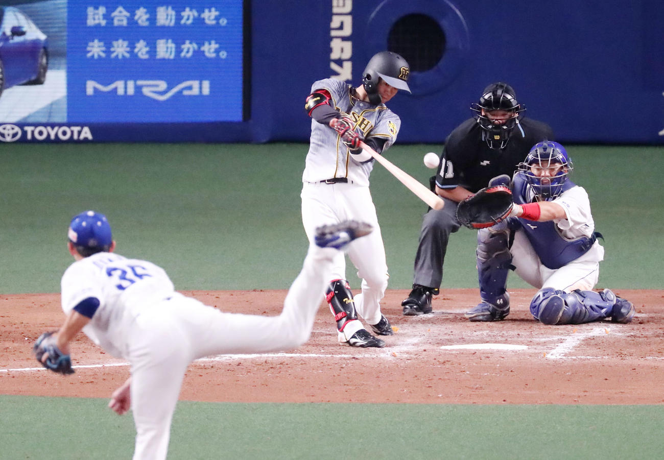 中日対阪神 5回表阪神無死二塁、中野は中前打を放つ。投手は岡野(撮影・加藤哉)