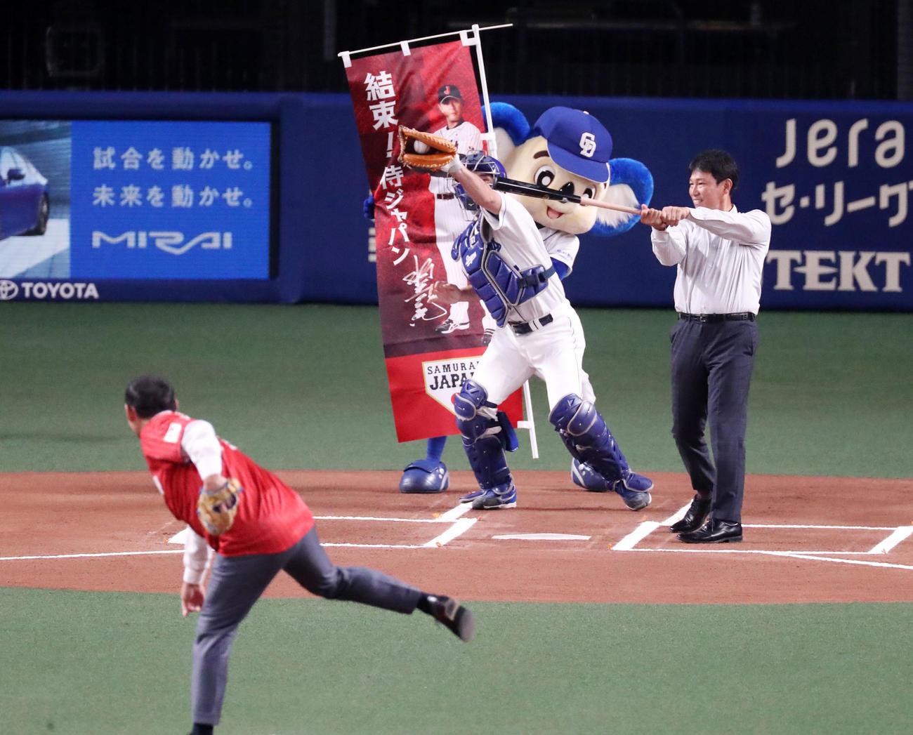 中日対阪神 試合前、セレモニアルピッチを行った川上氏(左)と打席に立つ侍ジャパンの井端コーチ(撮影・加藤哉)
