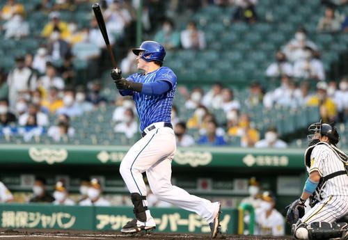 阪神対DeNA 1回表DeNA2死二塁、オースティンは右越え2点本塁打を放つ(撮影・上山淳一)