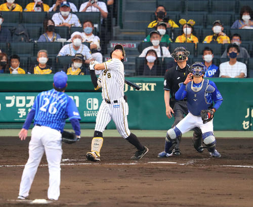 阪神対DeNA 2回裏阪神無死一塁、佐藤輝は捕邪飛に倒れる(撮影・宮崎幸一)