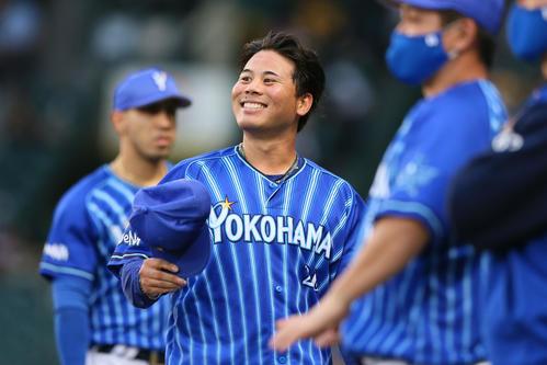 阪神対DeNA DeNA浜口3回を投げ終えベンチ前で笑顔を見せる(撮影・上山淳一)