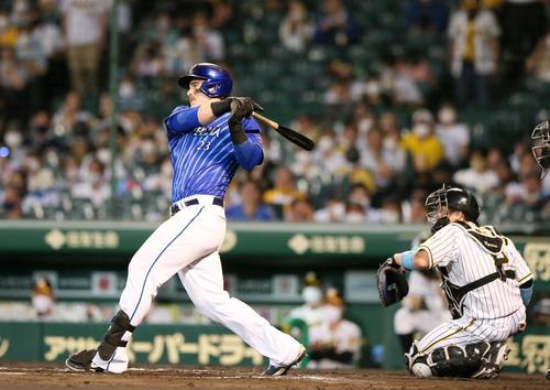 阪神対DeNA 6回表DeNA1死一、二塁、オースティンは右前適時打を放つ(撮影・上山淳一)