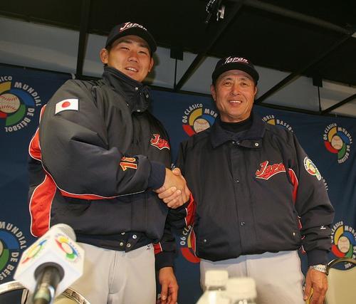 06年WBC、試合後の会見で握手する松坂大輔(左)と王貞治監督