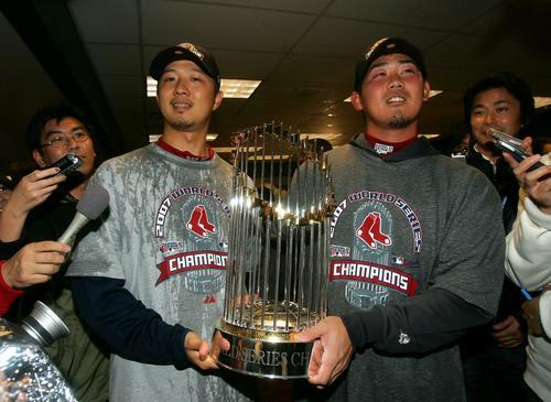 ワールドシリーズチャンピオントロフィーを手にする岡島秀樹(左)と松坂大輔 (2007年10月28日)