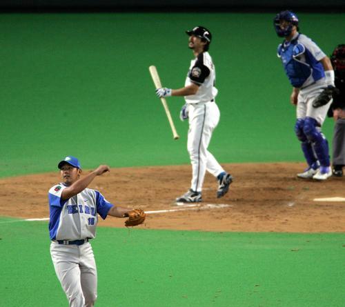 06年、松坂大輔は小笠原道大から空振り三振を奪い、マウンドで1回転する
