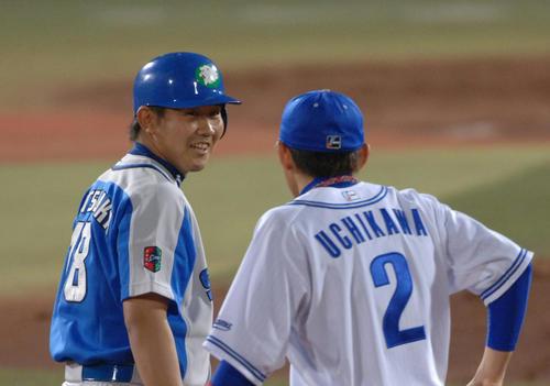 松坂大輔は左越え適時二塁打を放ち二塁上で内川聖一に声をかけられる(2006年5月19日撮影)