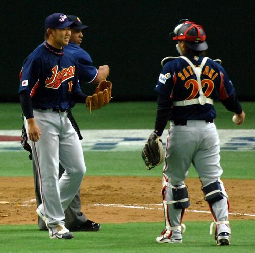 WBCの台湾戦でボークを取られ失点した松坂は里崎(右)に対して苦笑い(2006年3月)