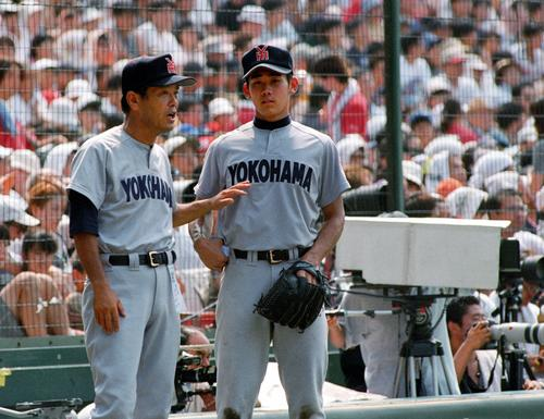 98年8月、夏の甲子園準々決勝横浜-PL学園戦で渡辺監督(左)の指示を聞く松坂