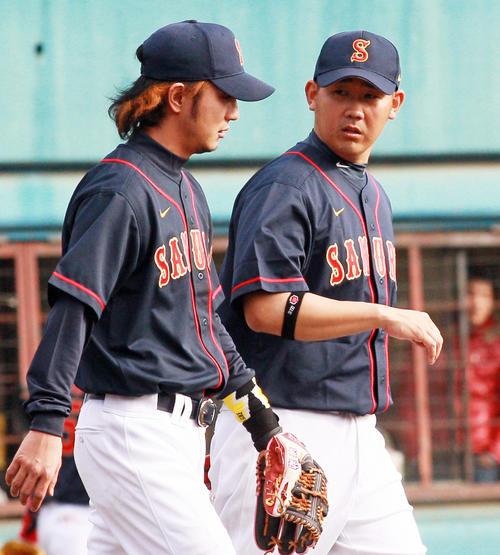 上地雄輔(左)、松坂大輔(2010年12月12日撮影)