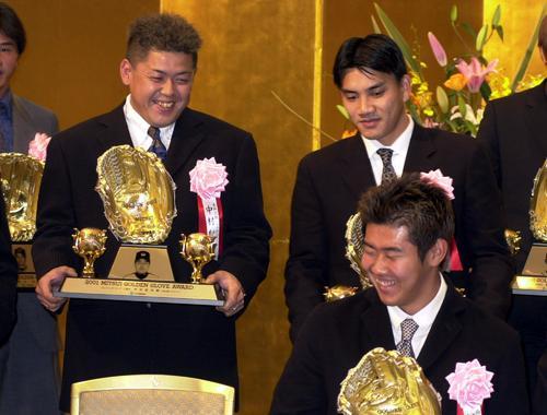 ゴールデングラブ賞を受賞し中村紀洋(左)は松坂大輔(右前)、井口資仁と笑顔で談笑(2001年12月11日撮影)