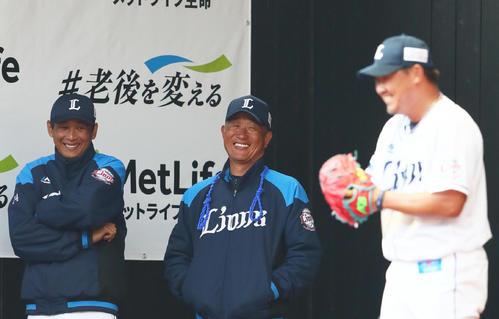 ブルペンの西武松坂(右)に笑顔で声をかける辻監督(中央)と西口コーチ(2020年2月13日撮影)