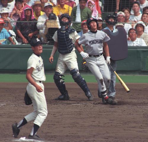 横浜対PL学園 対戦するPL学園・上重聡(手前)と横浜・松坂大輔(1998年8月20日)