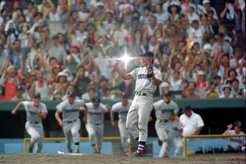 98年8月、夏の高校野球決勝でノーヒットノーランを達成し優勝、ガッツポーズする横浜・松坂