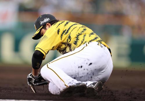 阪神対DeNA 3回表DeNA2死一、三塁、オースティンの三塁線の打球を捕りアウトを奪う三塁手大山(撮影・清水貴仁)