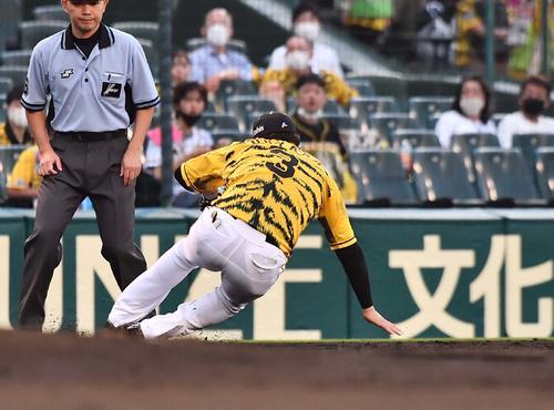 阪神対DeNA 3回表DeNA2死一、三塁、タイラー・オースティンの三ゴロを軽快にさばく大山(撮影・上田博志)