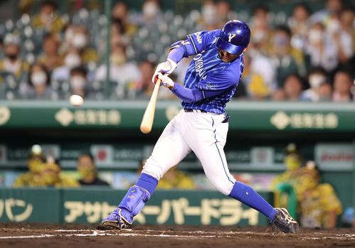 阪神対DeNA 7回表DeNA2死一、二塁、左中間へプロ初打点となる適時二塁打を放つ森(撮影・清水貴仁)