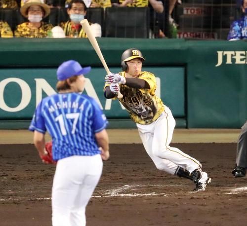 阪神対DeNA 9回裏阪神2死一、三塁、近本は左前適時打を放つ。投手は三嶋(撮影・加藤哉)