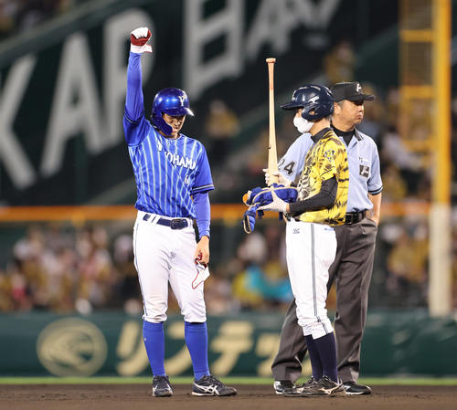 阪神対DeNA 7回表DeNA2死一、二塁、左中間へプロ初打点となる適時二塁打を放ちガッツポーズをみせる森(撮影・清水貴仁)