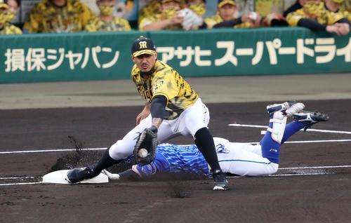 阪神対DeNA 1回表DeNA無死、桑原はリクエストの結果、遊ゴロとなる。野手はマルテ(撮影・加藤哉)