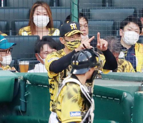 阪神対DeNA 1回表DeNA無死、矢野監督は桑原の一塁判定にリクエストする(撮影・加藤哉)