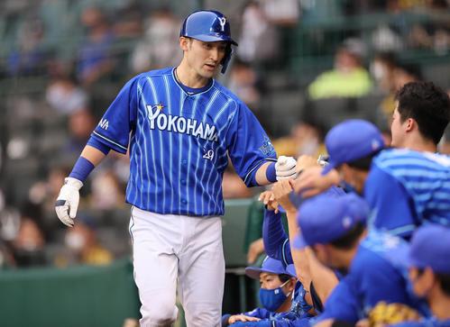 阪神対DeNA 3回表DeNA1死満塁、佐野の二ゴロの間に三塁走者伊藤光が生還する(撮影・清水貴仁)
