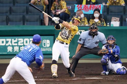 阪神対DeNA 2回裏阪神1死、佐藤輝は右線二塁打を放つ。投手は今永(撮影・加藤哉)