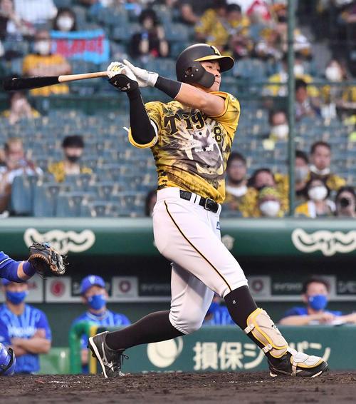 阪神対DeNA 2回裏阪神1死、右翼線へ二塁打を放つ佐藤輝(撮影・上田博志)