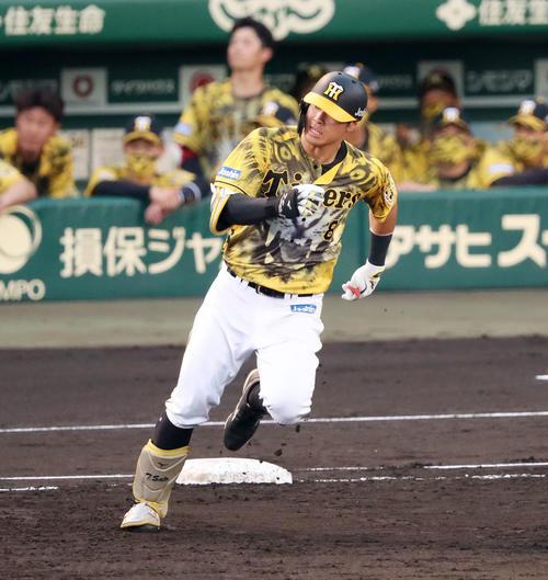 阪神対DeNA 2回裏阪神1死、佐藤輝は右線二塁打を放つ(撮影・加藤哉)