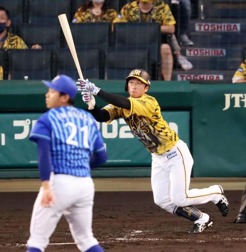 阪神対DeNA3回裏阪神1死、近本は右越え本塁打を放つ。投手は今永(撮影・加藤哉)