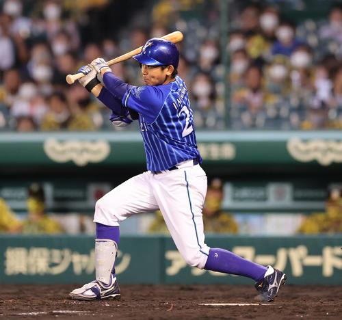 阪神対DeNA 4回表DeNA1死二、三塁、中前適時打を放つ今永(撮影・清水貴仁)