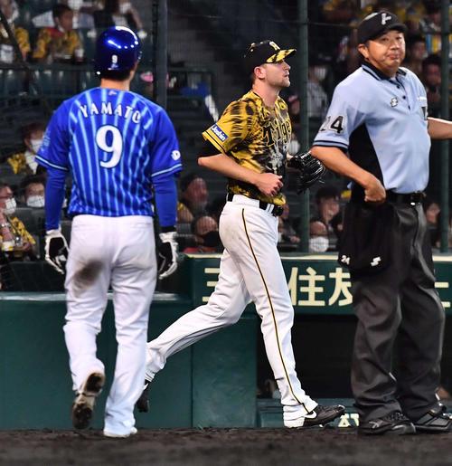 阪神対DeNA 4回表DeNA1死二、三塁、今永に中前に適時打を浴び大和の生還を許すガンケル(撮影・上田博志)
