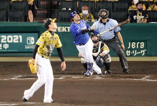 阪神対DeNA 8回表DeNA無死、宮崎は左越え本塁打を放つ。投手は岩崎(撮影・加藤哉)
