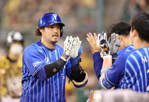 阪神対DeNA 8回表DeNA無死、左越え本塁打を放つ宮崎(撮影・清水貴仁)