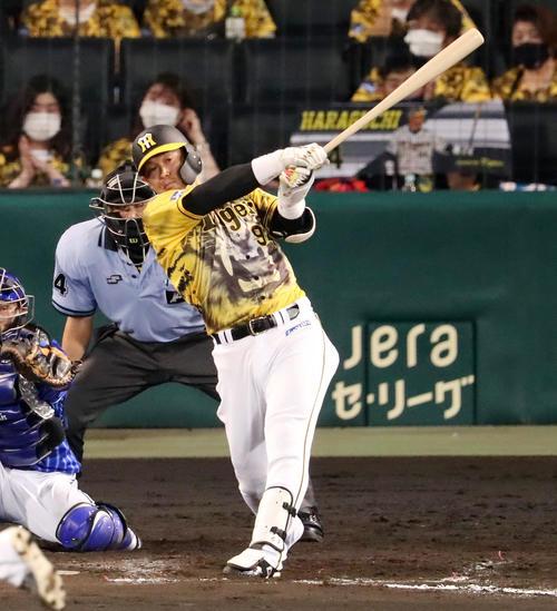 阪神対DeNA 8回裏阪神1死、代打原口は左前打を放つ(撮影・加藤哉)
