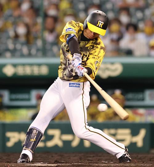 阪神対DeNA 8回裏阪神1死一塁、左前打を放つ近本(撮影・清水貴仁)
