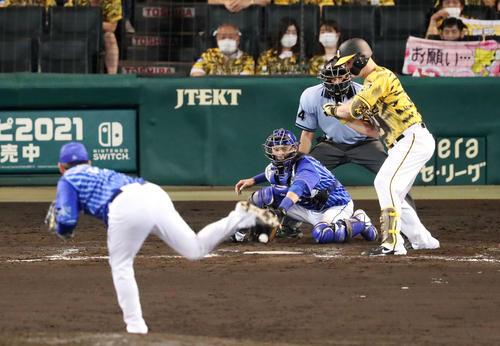阪神対DeNA 8回裏阪神2死満塁、サンズは四球を選んで押し出しとなる。投手は山崎(撮影・加藤哉)