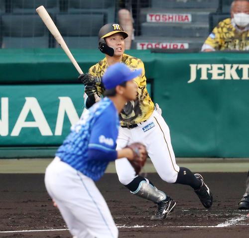 阪神対DeNA 1回裏阪神1死、糸原は左越え二塁打を放つ、投手は今永(撮影・加藤哉)
