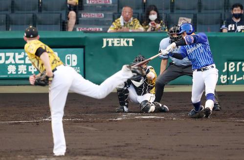 阪神対DeNA 2回表DeNA2死満塁、桑原は右前適時打を放つ。投手はガンケル(撮影・加藤哉)