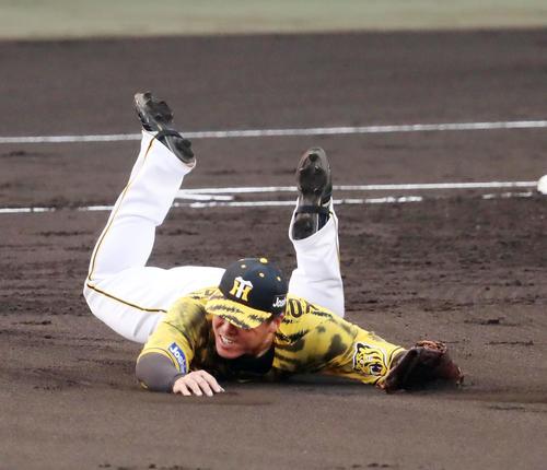 阪神対DeNA 2回表DeNA2死満塁、陽川は桑原の打球に横っ跳びするが捕球できず右前適時打となる(撮影・加藤哉)
