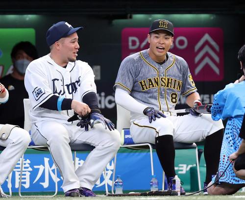 全パ対全セ ホームランダービーで、山川(左)に破れ、話をする佐藤輝(撮影・狩俣裕三)