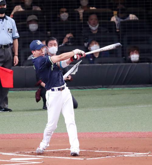 全パ対全セ ホームラン競争でスタンドへ打球を飛ばす山田(撮影・加藤哉)